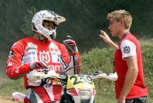 Profesionalni motokrosist Matevž poučuje enduraša.