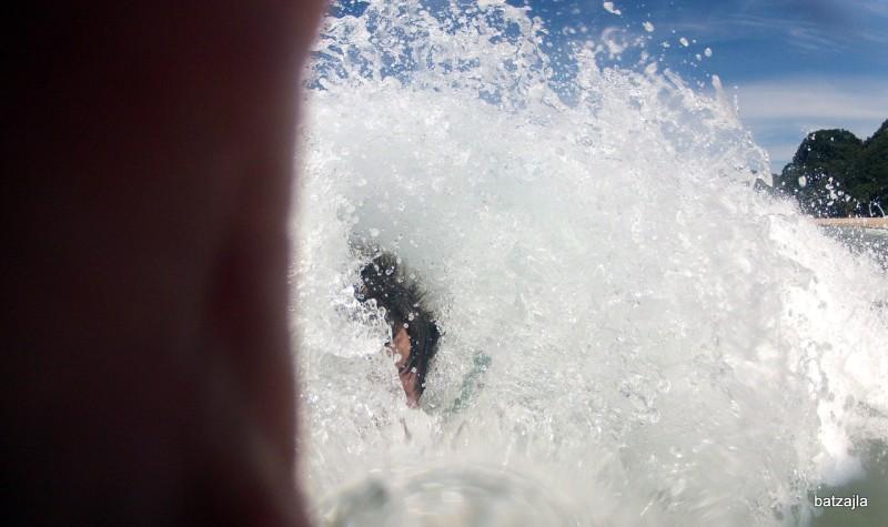 'Bodysurfing' na plaži 'hot water beach'.