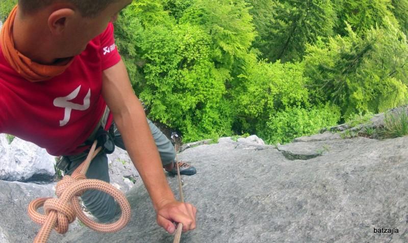 Plezanje v naravni steni v Predvoru.