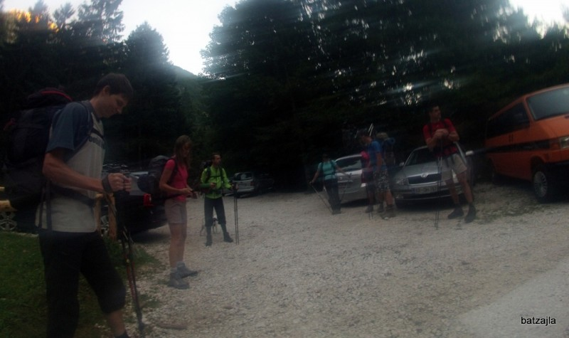 Jutranji hlad na parkirišču v Lepeni. Tri dni kasneje je bilo isto parkirišče nabito polno.