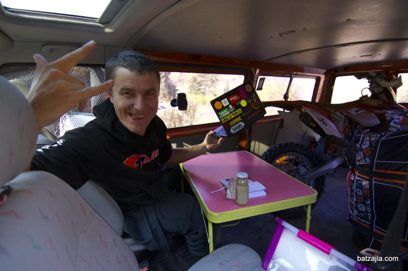 Matevž in njegova mobilna pisarna/spalnica/garaža.