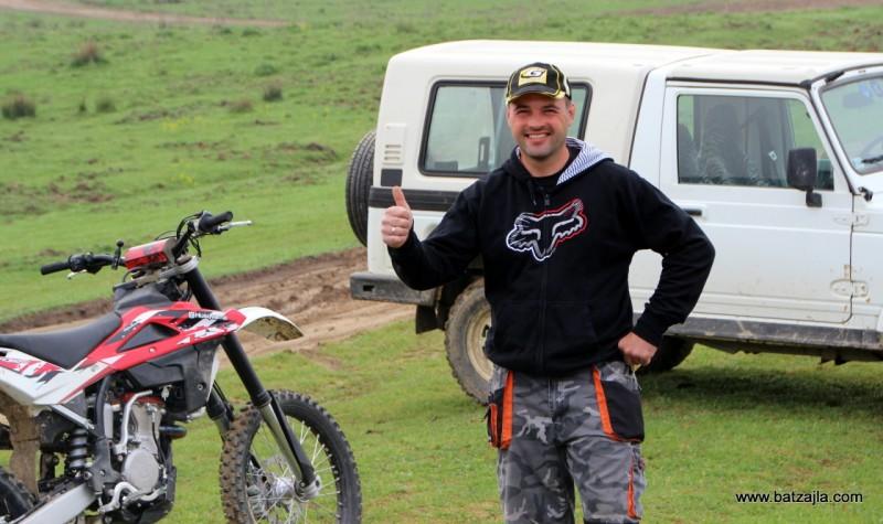Martin, bivši dirkač, upravnik proge in inštruktor motokrosa in endura.