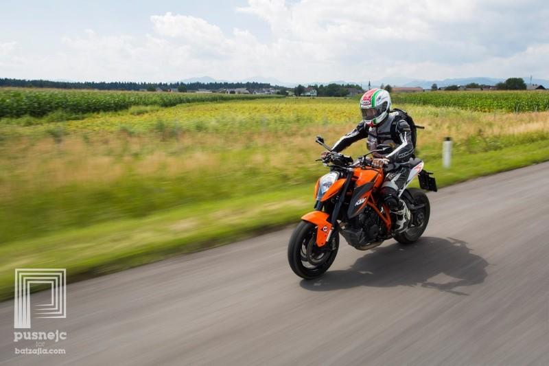 Zaradi pomanjkanja vetrne zaščite je vožnja zmerno udobna tja do hitrosti 140 km/h, kasneje prepih postane nadležen.