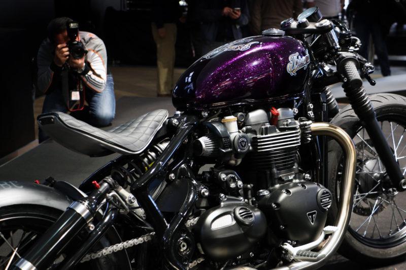 """Nekaj najbolj divjega na celotnem salonu: Triumph je pokazal prvo predelavo novega Bobberja, imenovano """"Hold On Go Fast"""". Popolnoma je ukradel pozornost novemu Street Scramblerju."""