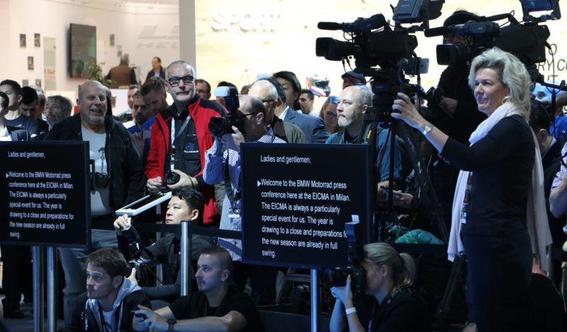 Da gre na tiskovni predstavitvi vse po planu, govorci ne govorijo, temveč - berejo.