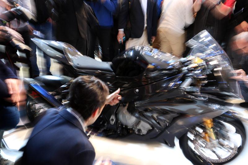 Tudi BMW stremi k ekskluzivnosti: HP4 Race ima okvir iz ogljikovih vlaken in ... Podrobnosti bodo znane v drugi polovici 2017. Po fotografiranju so ga umaknili z odra.
