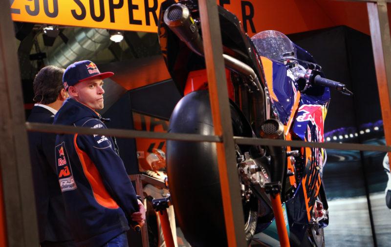 Svetovni prvak v razredu Moto3, Južnoafričan Brad Binder, pogleduje proti KTM-ovemu dirkalniku za MotoGP. KTM bo z njim nastopil že na zadnji dirki v Valenciji, sicer pa so napovedali, da se bodo prvo leto učili, v tretji sezoni pa si želijo stopničk.